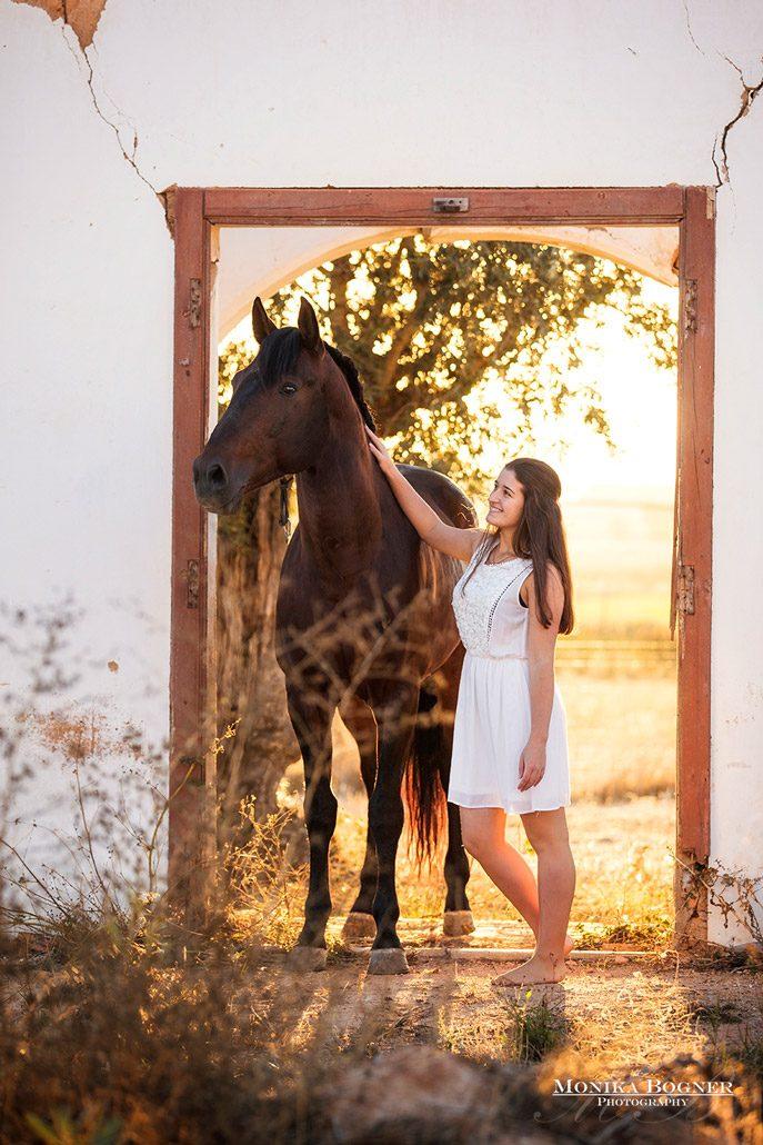 Fotoevent Portugal Pferd in Tür im Sonnenaufgang