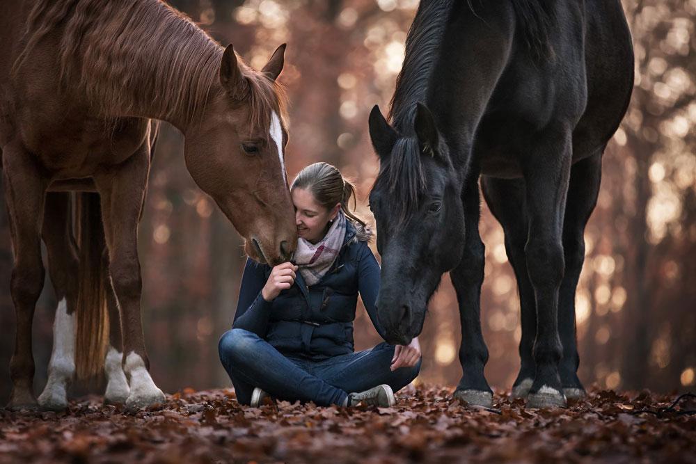 Pferdefotografin Alisa Konrad aus Würzburg mit ihren beiden Pferden Santos und Astron - Dein Ansprechpartner rund um Fotoshootings mit Pferd.jpg